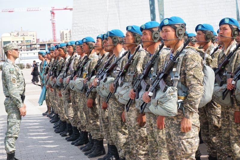 Astana, Cazaquistão, - maio, 2, 2015 Paramilitares do exército de Cazaquistão no ensaio da parada em honra do fotografia de stock