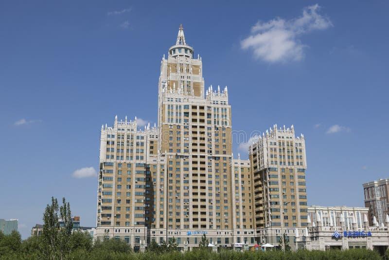 Astana, Cazaquistão, o 3 de agosto de 2018: Arranha-céus da arquitetura e elemento modernos do império do ` s de Stalin em Astana fotos de stock