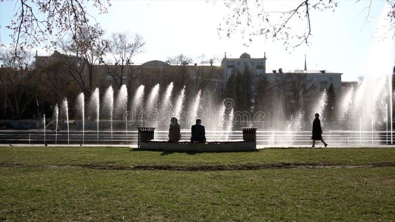astana huvudstadsspringbrunn kazakhstan footage gå för parkfolk Springbrunnen i stad parkerar på varm sommardag Ström av vatten,  arkivbilder