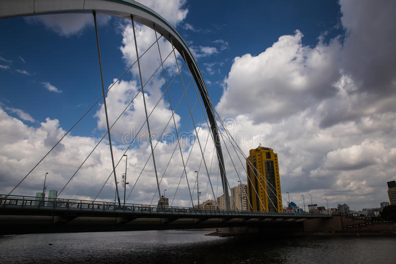 Astana, il Kazakistan - 27 agosto 2016: Ponte di Karaotkel vicino all'argine fotografia stock