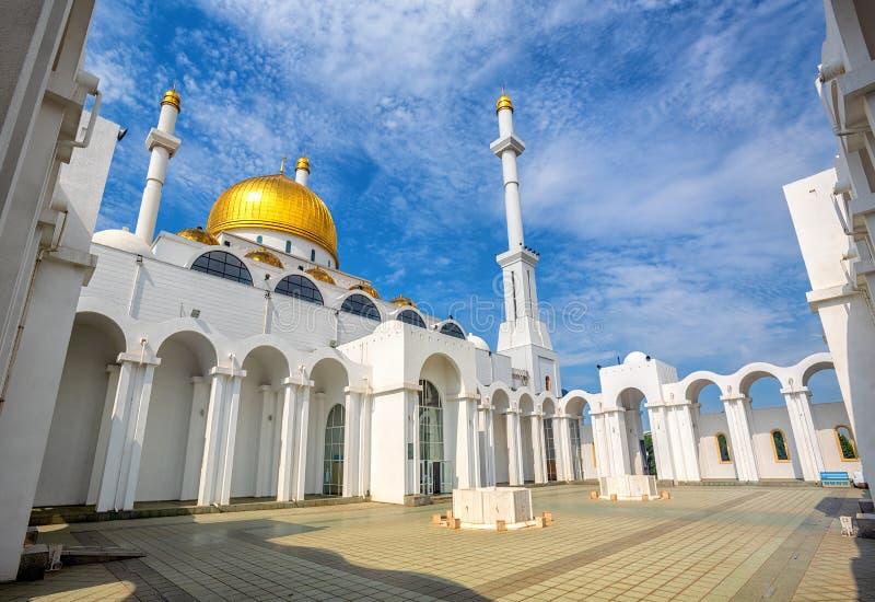 Astana, Kasakhstan, abóbadas douradas e minaretes da mesquita de Nur Astana foto de stock