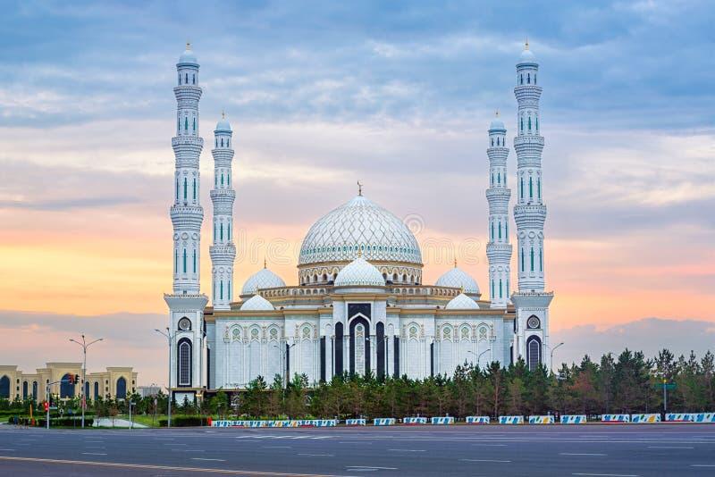 Astana, Kasakhstan, bella moschea bianca del sultano di Hazrat sul tramonto fotografia stock