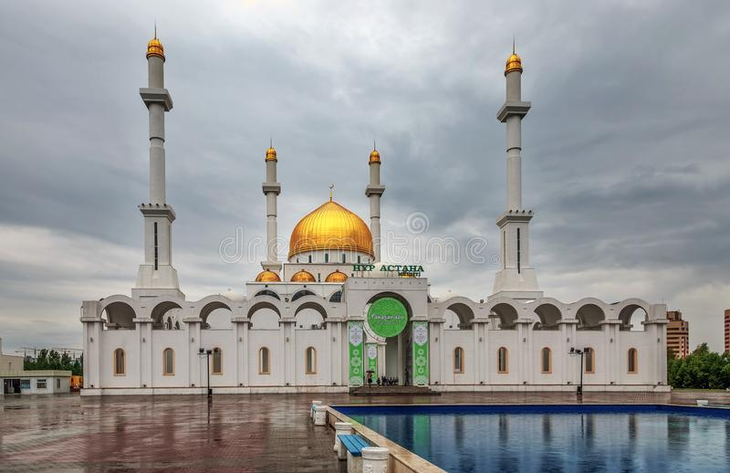 ASTANA KAZACHSTAN, CZERWIEC, - 28, 2016: Nura Astana meczet obraz royalty free