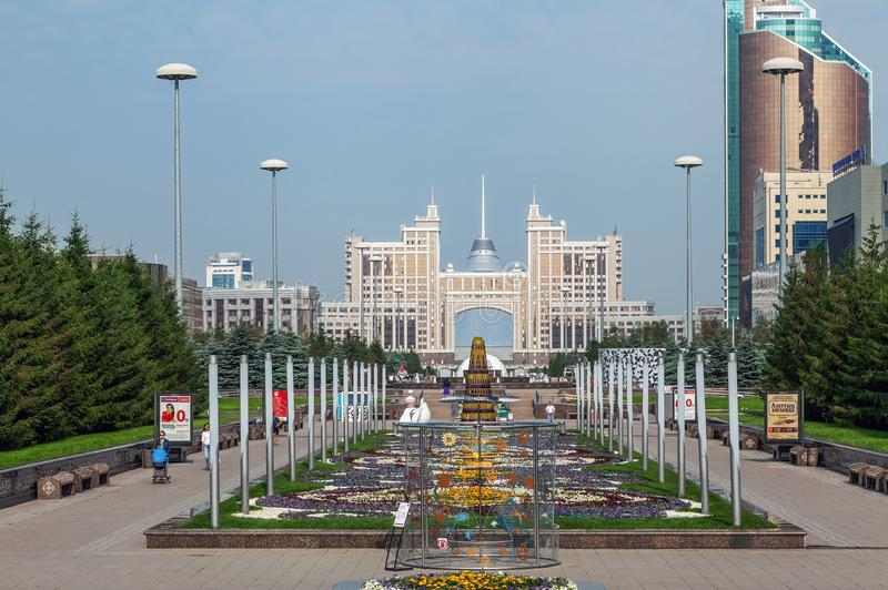ASTANA, KAZACHSTAN - JULI 7, 2016: Bloembed op de water-groene boulevard stock fotografie