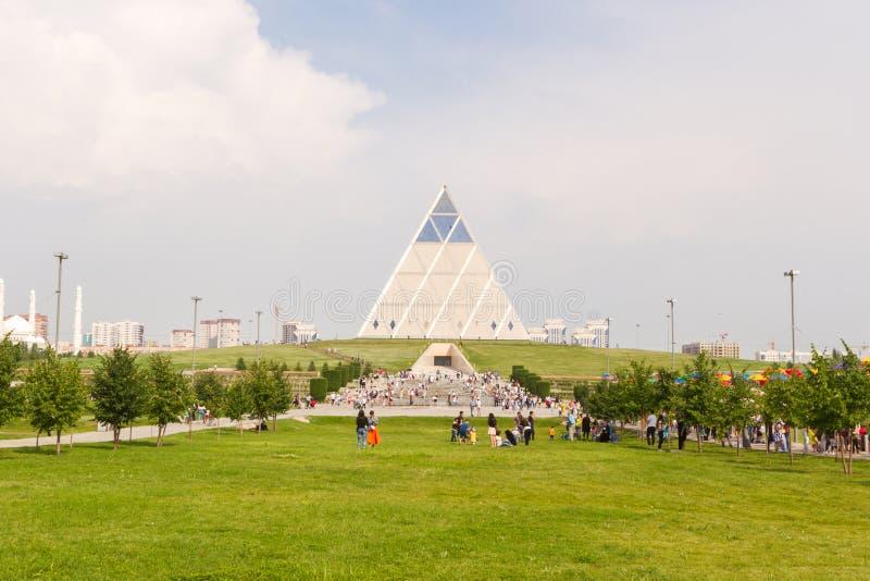 Astana, Kazachstan - Juli 6, 2016: het Paleis van vrede en overeenstemming Bekijk de moderne architectuur de gebouwen royalty-vrije stock foto's