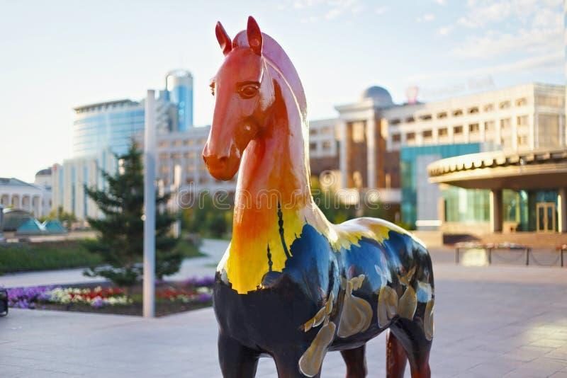 ASTANA, KAZACHSTAN - JULI 25, 2017: Kunstinstallatie met cijfers van paarden in verschillend etnisch ornament wordt geschilderd d royalty-vrije stock afbeeldingen
