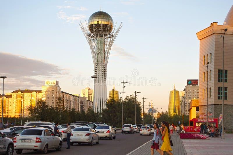 ASTANA, KAZACHSTAN - JULI 25, 2017: Weergeven van de beroemde Baiterek-toren in centrum van Astana royalty-vrije stock fotografie