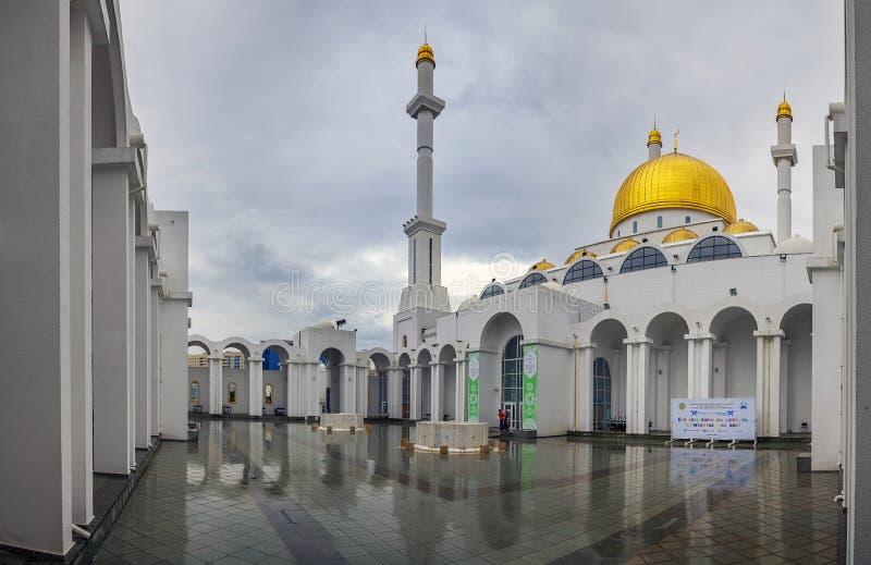 ASTANA, KAZACHSTAN - JUNI 28, 2016: De binnenbinnenplaats van de moskee Nur Astana stock foto's