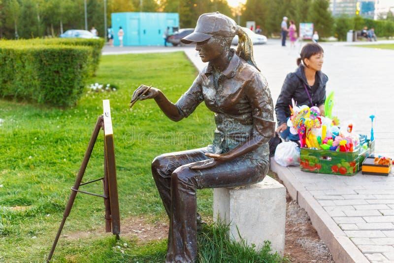 ASTANA KAZACHSTAN, LIPIEC, - 25, 2017: Brązowa rzeźba młody artysta w centrum Astana zdjęcie stock