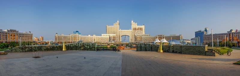 ASTANA KAZACHSTAN, LIPIEC, - 7, 2016: Panorama administracyjny centrum Astana w ranku świetle zdjęcie stock