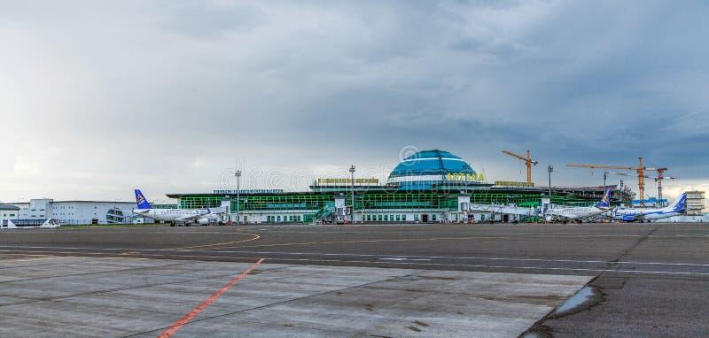ASTANA KAZACHSTAN, LIPIEC, - 17, 2016: Samoloty przy lotniskiem międzynarodowym obrazy stock