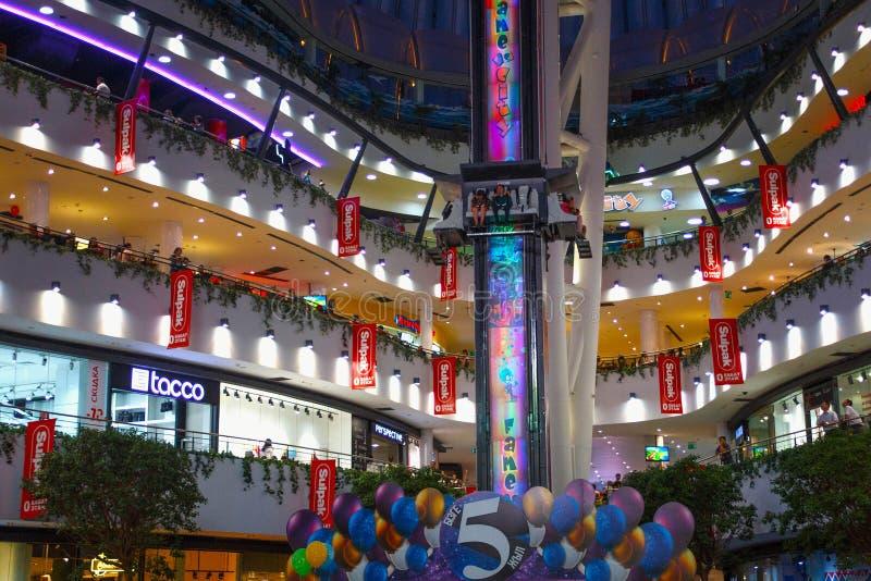 ASTANA KAZACHSTAN, LIPIEC, - 25, 2017: Widok wnętrze nowożytny centrum handlowe «Khan Shatyr « zdjęcie royalty free