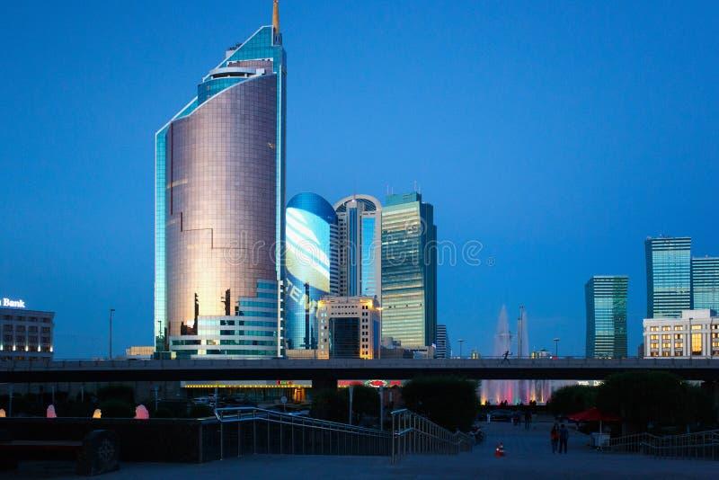 ASTANA KAZACHSTAN, LIPIEC, - 25, 2017: Wieczór widok nowożytni wieżowowie centrum Astana miasto obraz stock