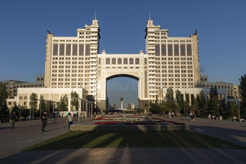 Astana, Kazachstan, Sierpień 3 2018: Kompleks budynki na Obywatelu Korporacja KazMunaiGas podczas zmierzchu przy Nurzhol Bulvard fotografia stock