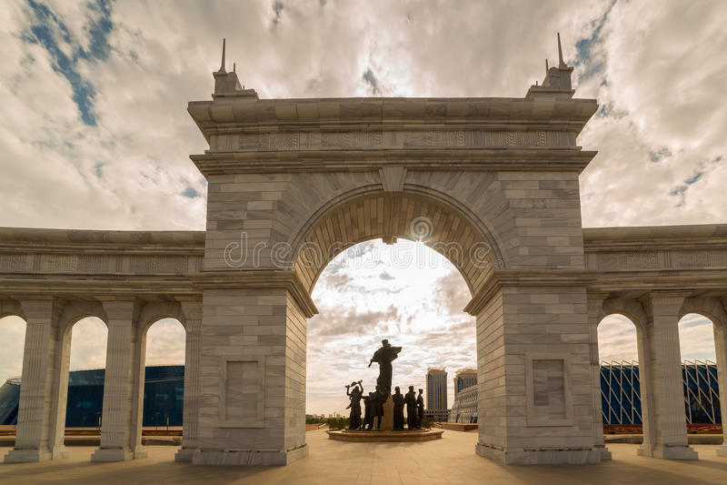 Astana Kazachstan, Sierpień, - 24, 2015: Teren Kazakhstan& x27; s niezależność, archway i zabytku Kazak Eli, obrazy stock