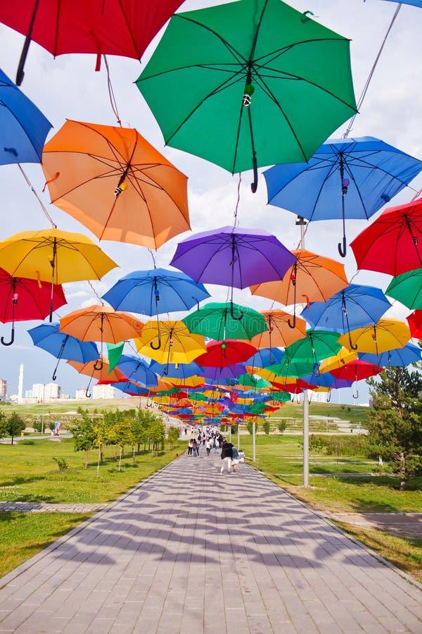 ASTANA, KAZAHSTAN - 14 JULI, 2016: Installatie van multi-colored paraplu's in het park stock foto's
