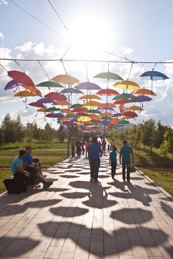 ASTANA, KAZAHSTAN - 14 JULI, 2016: Installatie van multi-colored paraplu's in het park royalty-vrije stock foto