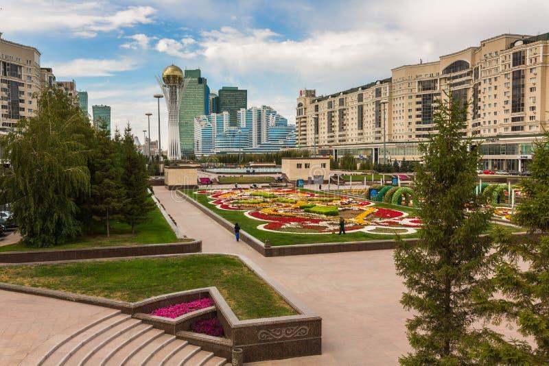 ASTANA, KAZAKHSTAN - 25 août 2015 : Tour de Bayterek de monument, Kazakhstan capital Maisons résidentielles et affaires photo libre de droits
