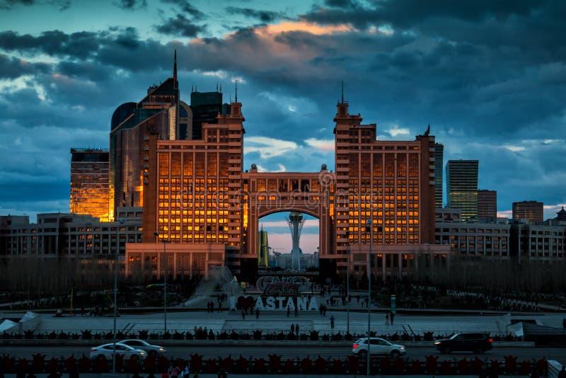 Astana, Kazakhstan Arranha-céus de KazMunaiGas e outras construções nos raios dourados do sol de ajuste imagens de stock royalty free