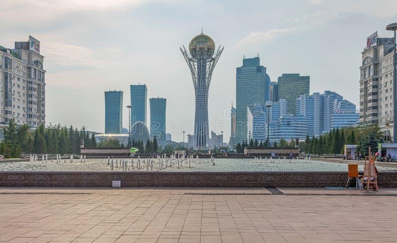 ASTANA, KAZAKHSTAN - 4 JUILLET 2016 : Gratte-ciel et monument Baiterek images stock