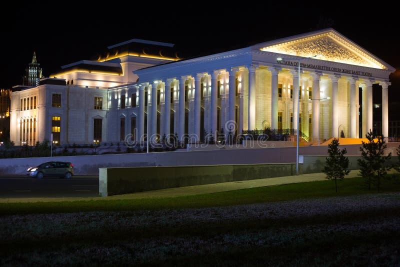 ASTANA, KAZAKHSTAN - 25 JUILLET 2017 : Vue de nuit du bâtiment d'opéra d'Astana photo stock