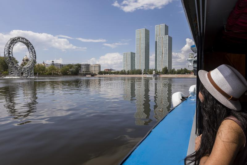 Astana, Kazakhstan, le 4 août 2018 : Une fille apprécie la vue d'un bateau de visite à Astana photographie stock libre de droits