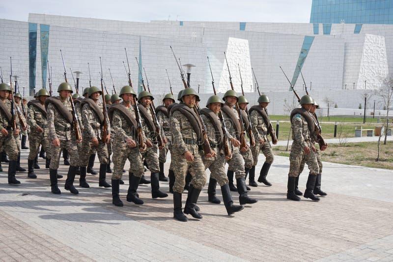 Astana, Kazakhstan, - mai, 2, 2015 Le rang des soldats de l'armée kazakh en forme historique Répétition ouverte du défilé photographie stock libre de droits