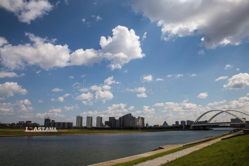 Astana, Kazakhstan 27 08 2016 ponte del karaotkel vicino all'argine fotografia stock