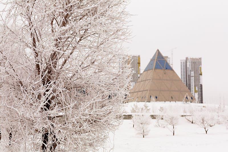 Astana pyramide Slott av fred och försoning royaltyfri fotografi