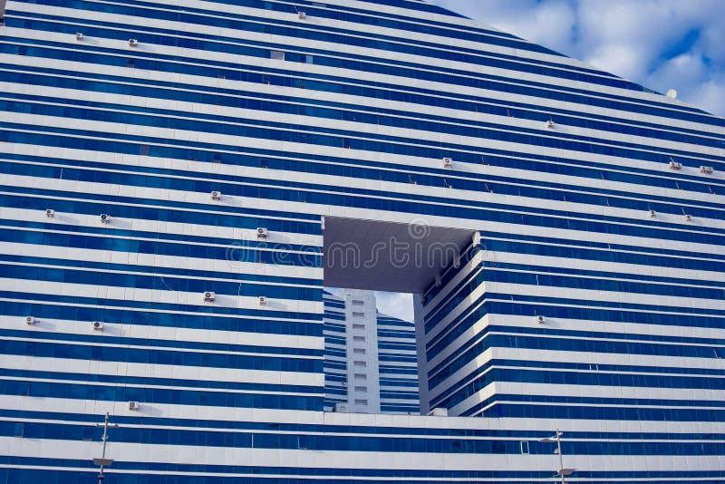 Astanastad, Kazachstan, 22 augustus 2018, backgro van de wolkenkrabbermening stock fotografie