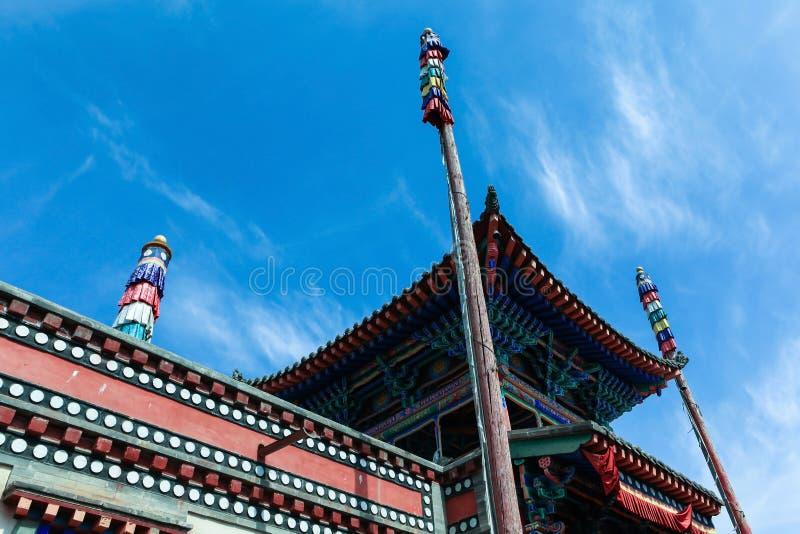 Astas de bandera y el edificio tibetano de la arquitectura fotos de archivo libres de regalías