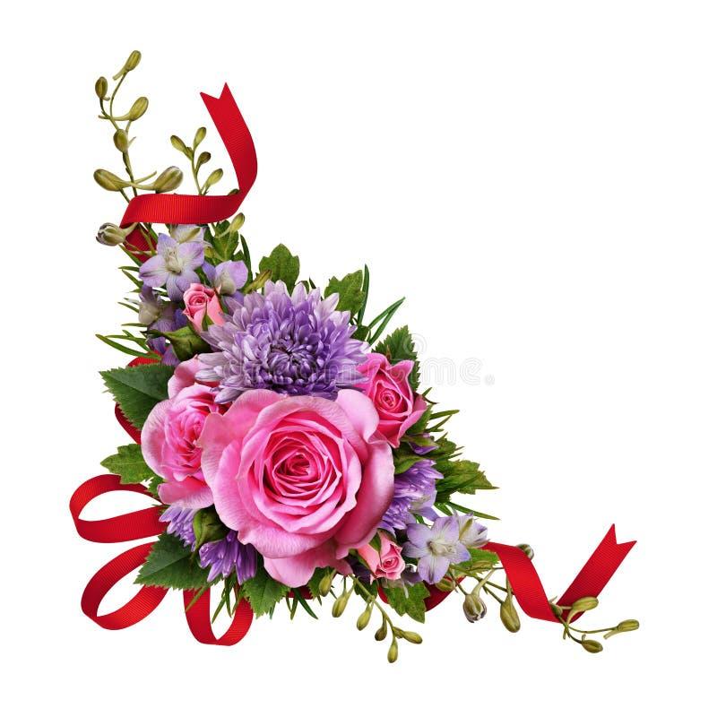 Aster und rosafarbene Blumen bringen Anordnung mit rotem Seidenband in Verlegenheit lizenzfreie stockbilder