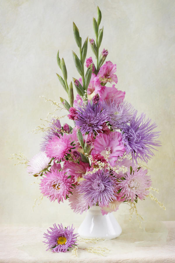 Asteres y ramo del gladiolo imagen de archivo