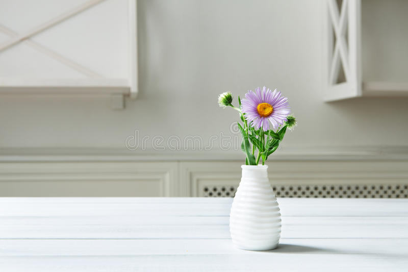 Asteru amellus kwiatu bukiet przy bielu stołem fotografia stock