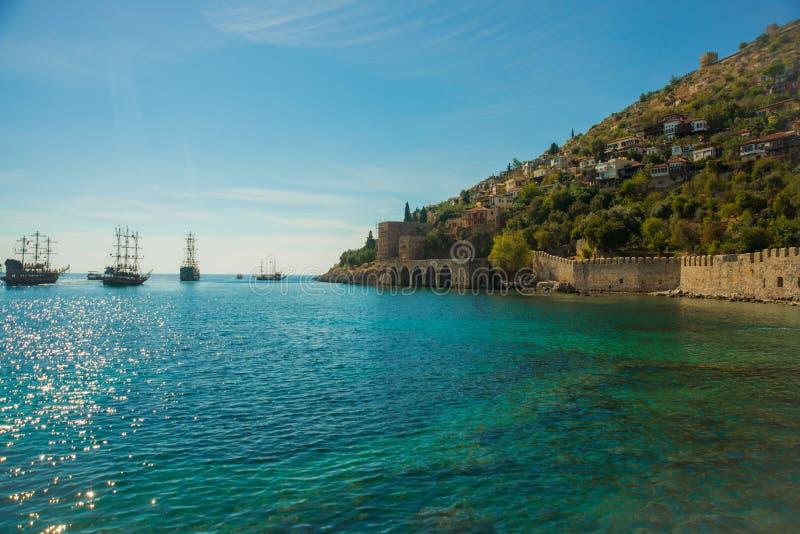Astillero Tersane, astillero histórico de Alanya Naves que navegan en el mar Alanya, distrito de Antalya, Turquía, Asia imagen de archivo