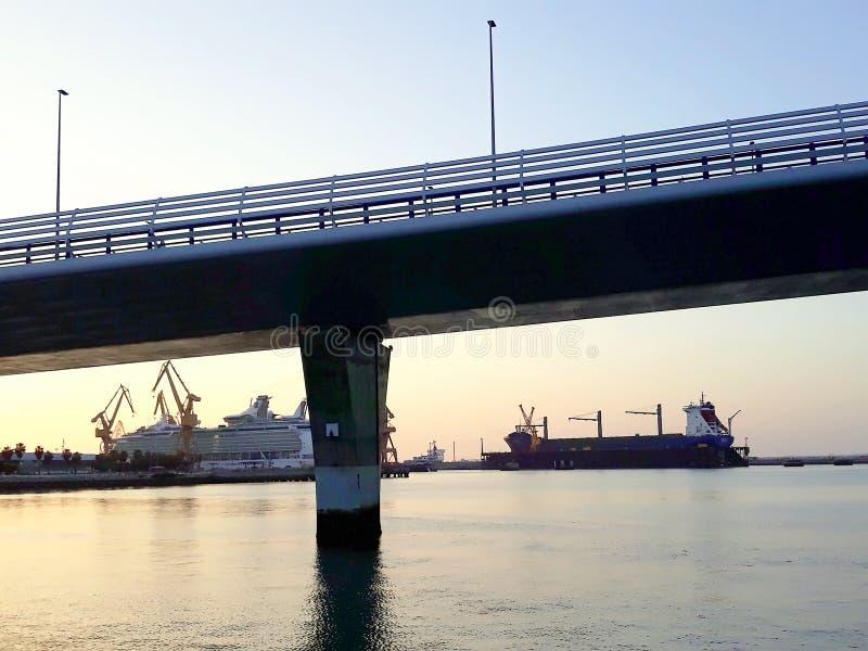 Astilleros con el puente del ³ n de Constitucià del La, llamado La Pepa, en capital del diz del ¡de CÃ, Andalucía españa foto de archivo libre de regalías