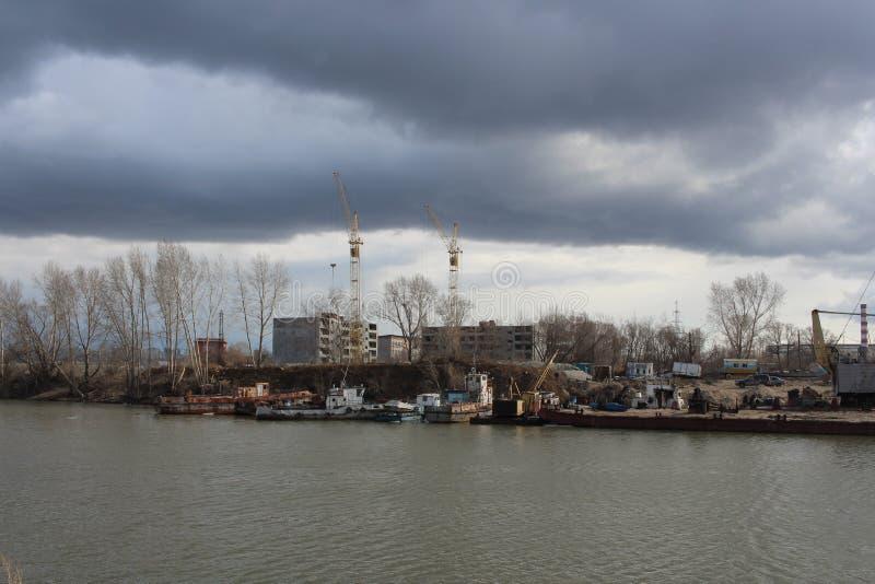 Astilleros Zaton en el golfo del aparcamiento de Novosibirsk el río Obi de la estación del barco de las naves y de los barcos deb foto de archivo