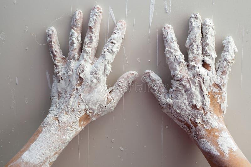 Astist het pleisteren mensenhanden met gebarsten pleister stock afbeeldingen