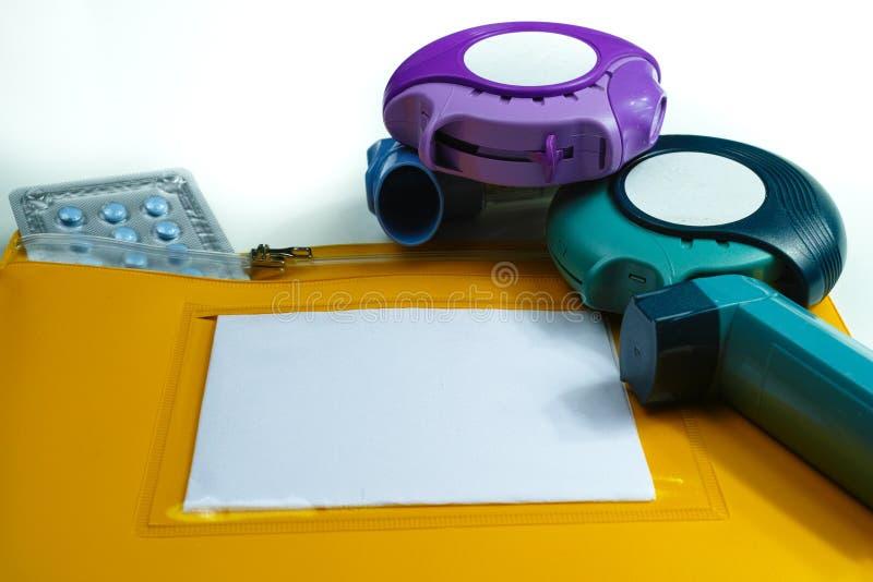 Astmy reliefowy pojęcie, salbutamol inhalator, inny lekarstwo fotografia stock