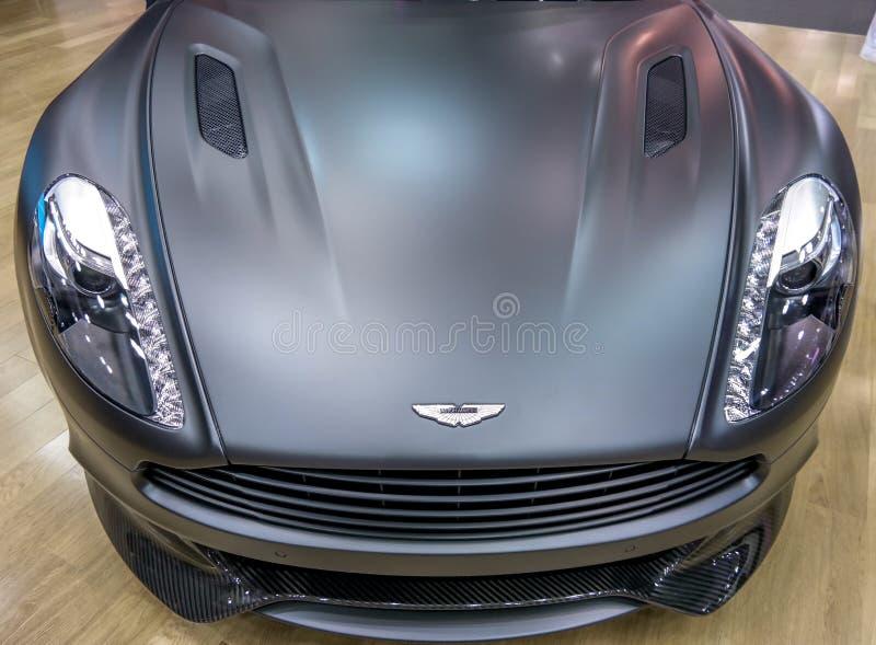 Aston Martin bij de Motorshow die van Doubai mooie grijze auto tonen stock fotografie