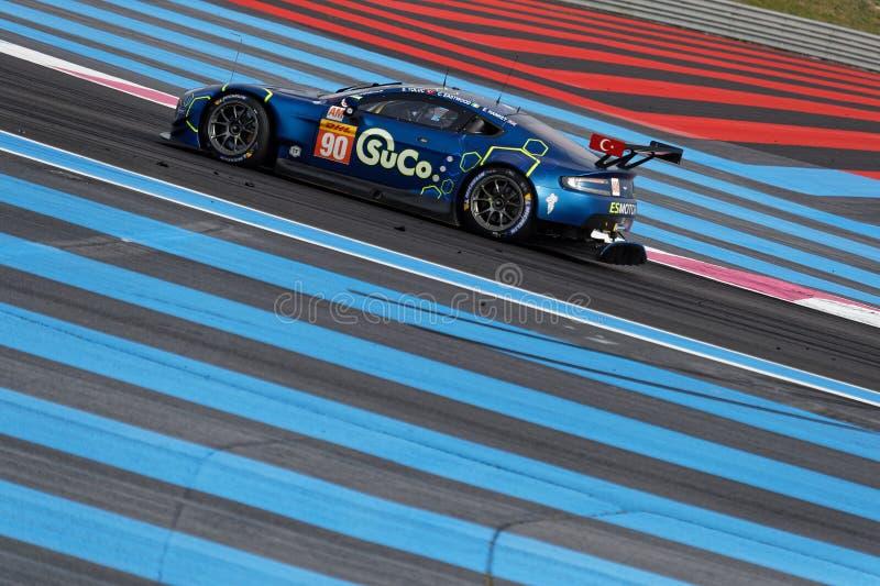 Aston Martin bleu sur une voie peinte par bleu photos stock