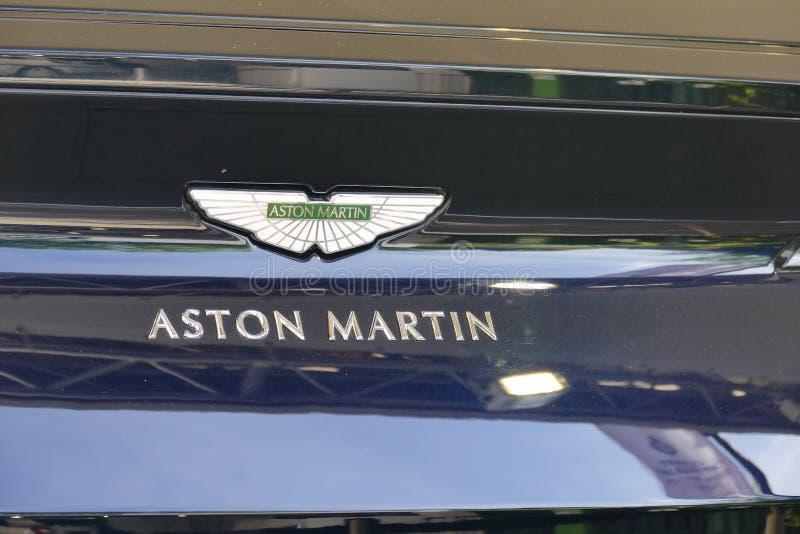Aston Martin supercar logo na samochodowym ` s kapiszonie fotografia stock