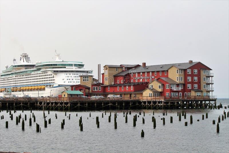 Astoria, Oregon, 9/16/2018, esploratore caraibico reale del ` s della nave da crociera dei mari ha messo in bacino lungo il lato  fotografia stock libera da diritti