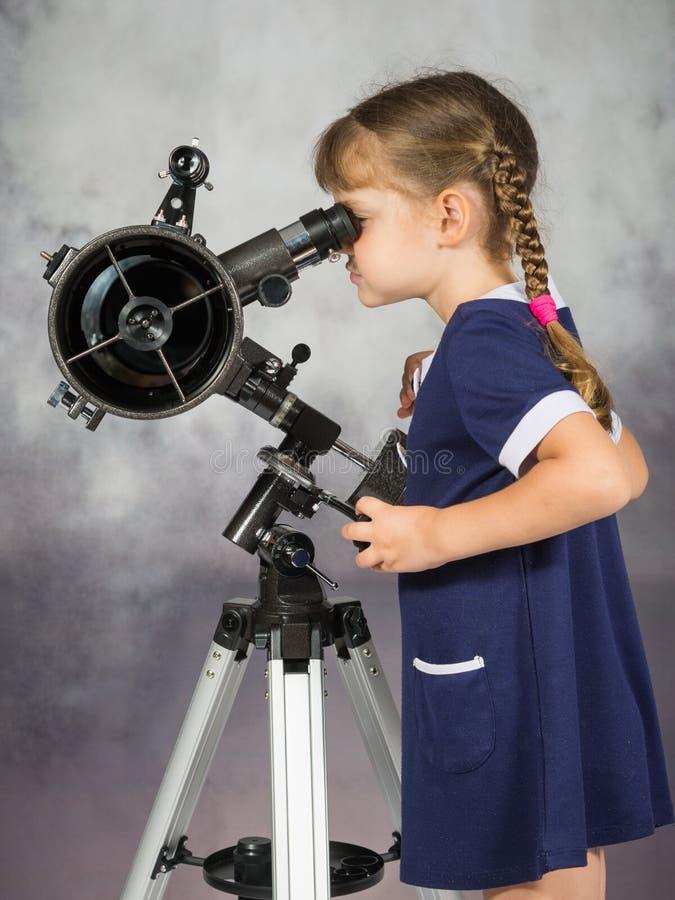 Astrónomos aficionados de la muchacha que miran en el ocular del telescopio fotos de archivo libres de regalías