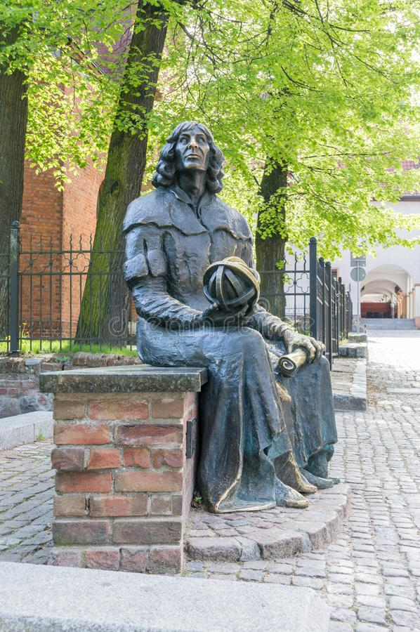 Astrônomo famoso Nicolaus Copernicus da estátua na cidade velha de Olsztyn foto de stock