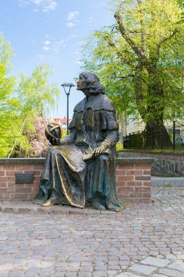 Astrônomo famoso Nicolaus Copernicus do monumento na cidade velha de Olsztyn foto de stock