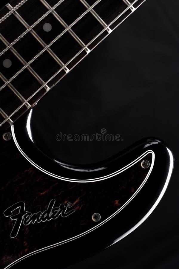 ASTRACÃ, RÚSSIA - 4 DE MAIO DE 2018: Guitarra elétrica baixa da precisão do para-choque no fundo preto, tiro do produto, silhueta imagens de stock royalty free
