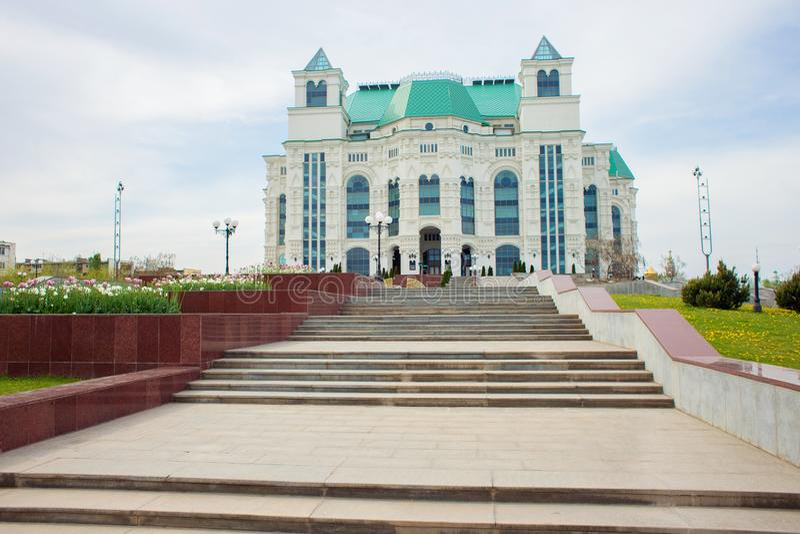 Astrachan', Russia, 05 01 2019: La costruzione del teatro di balletto e di opera nella città di Astrachan', Russia fotografie stock