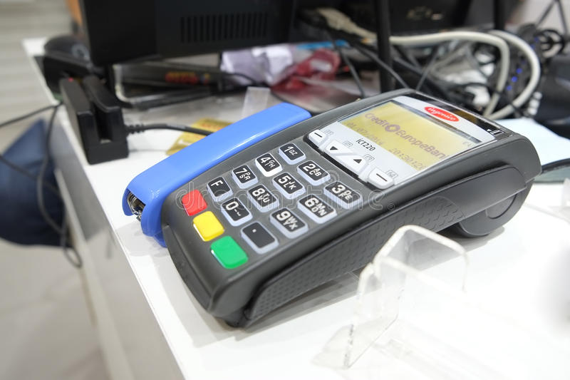 ASTRAKAN, RUSLAND - JULI 01, 2014: POS terminal van KREDIET EUROPA BANK Ltd in lokale opslag De Bank van kredieteuropa wordt beze stock foto