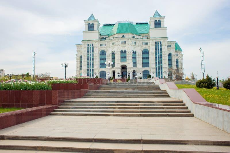 Astrakan Ryssland, 05 01 2019: Byggnaden av opera- och balettteatern i staden av astrakan, Ryssland arkivfoton